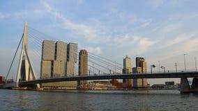Tarde Timelapse del puente del paisaje urbano y de Erasmus de Rotterdam sobre Nieuwe Mosa Rotterdam, Países Bajos almacen de metraje de vídeo