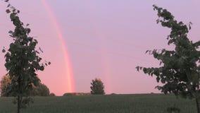 Tarde tranquila después de la lluvia y del arco iris doble en horizonte Fotos de archivo