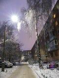 Tarde vacía de la linterna del edificio de la nieve del invierno del callejón de la ciudad Fotos de archivo libres de regalías