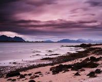 Tarde vibrante rosada horizontal en la playa de los fiordos imagenes de archivo