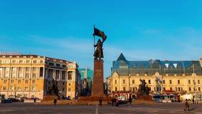 Tarde Vladivostok la víspera de los días de fiesta del Año Nuevo Calle central de Vladivostok almacen de metraje de vídeo