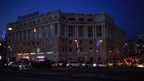 Tarde Vladivostok la víspera de los días de fiesta del Año Nuevo Calle central de Vladivostok metrajes