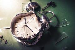 Tardi per il concetto della scuola con l'orologio del alram su una lavagna fotografie stock libere da diritti