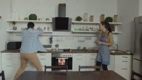 Tardi per l'uomo del lavoro che cerca la scatola di pranzo in cucina stock footage