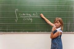 Tarea demasiado difícil de la matemáticas para un niño imagen de archivo