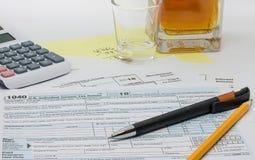 A tarefa ingrato, frustrante e comprimindo de preparar a declaração de rendimentos anual imagens de stock