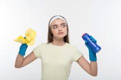 Tarefas da empregada doméstica e de agregado familiar Foto de Stock Royalty Free