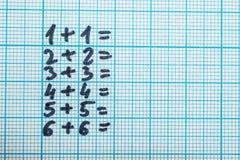 Tarefas matemáticas no papel em um caderno ilustração royalty free