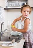 Tarefas pequenas da menina que lavam pratos imagem de stock royalty free