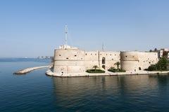 Tarente (Apulia, Italie) - vieux château sur la mer Photographie stock libre de droits