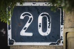 Targa di immatricolazione con il numero venti nel bianco sopra fondo blu fotografie stock