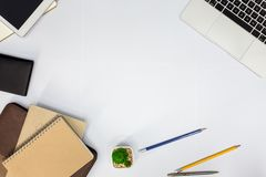 target1166_0_ biznesmena biurka biurowy sieci biel stół z pustym notatnikiem zdjęcie royalty free