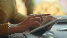 target1138_1_ cyfrowej żeńskiej ręki nowożytny ścieżki komputeru osobisty ekran tablet macanie zbiory