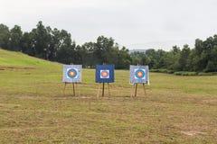 Target di riferimento all'aperto di tiro con l'arco con tre bordi dell'obiettivo fotografia stock