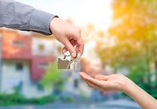 target1807_0_ domowego kluczowego mężczyzna kobieta koncepcja nieruchomości domu dolara prawdziwy odosobnione white Zdjęcie Stock