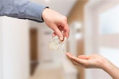 target1807_0_ domowego kluczowego mężczyzna kobieta koncepcja nieruchomości domu dolara prawdziwy odosobnione white Obrazy Stock