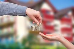 target1807_0_ domowego kluczowego mężczyzna kobieta koncepcja nieruchomości domu dolara prawdziwy odosobnione white Zdjęcia Royalty Free