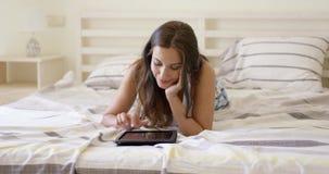 TARGET836_1_ internety atrakcyjna młoda kobieta zdjęcie wideo