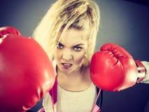 target1134_0_ kobiety gniewne bokserskie r?kawiczki fotografia stock