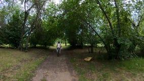 target114_1_ park Dziewczyna jedzie rower na lasowym śladzie swobodny ruch zbiory