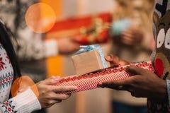 target2609_0_ prezenty Boże Narodzenie para Zdjęcia Royalty Free