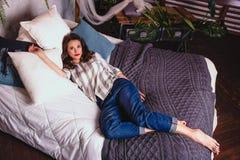TARGET780_0_ w łóżku piękna młoda kobieta Kobieta w domów ubraniach relaksuje na łóżku Domowa wygoda i relaks Zdjęcia Royalty Free