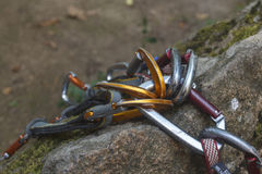 target24_1_ Wiązka carabiners na skałach Zdjęcie Stock