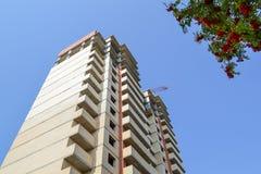 target1895_1_ wielo- kondygnacja Budowa kondygnacja budynek mieszkalny crane budowlanych Obrazy Stock
