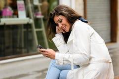 TARGET1073_0_ na telefonie piękna młoda kobieta Zdjęcia Stock