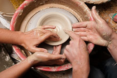 TARGET112_0_ słój ręki garncarka, Obrazy Royalty Free