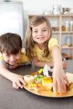 target114_1_ siostry braci ciastka Zdjęcia Royalty Free