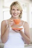 target1217_1_ w połowie herbacianej kobiety dorosła filiżanka Zdjęcia Royalty Free