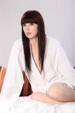 target1266_0_ kobiet potomstwa piękny bathrobe łóżko fotografia stock