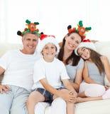 TARGET1285_0_ przy kamerę rodzina podczas Święto Bożęgo Narodzenia Fotografia Stock