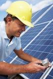 TARGET1350_0_ mężczyzna panel słoneczny Zdjęcia Royalty Free