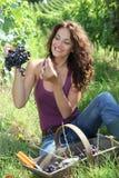 target1429_1_ kobiety zbliżeń piękni winogrona zdjęcia stock