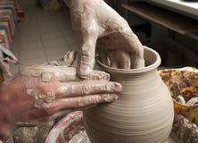 TARGET143_0_ słój ręki garncarka, Zdjęcie Royalty Free
