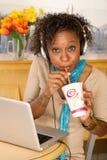 target1687_0_ napoju laptop używać kobiety potomstwo fotografia royalty free