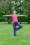 target1929_0_ parkowego kobieta w ciąży Obrazy Royalty Free
