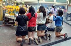 target202_1_ świątynię erawan Bangkok ludzie Thailand Obraz Stock