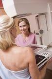 target205_0_ mammografiego pielęgniarki cierpliwy target209_0_ Fotografia Royalty Free