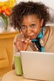 target2217_0_ napoju laptop używać kobiety potomstwo zdjęcie stock