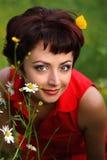 target2454_0_ uśmiechniętej kobiety piękna trawa Obrazy Royalty Free