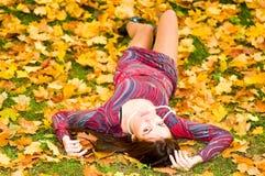 target2469_0_ kobiet potomstwa jesień liść fotografia stock