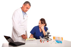 target253_0_ doktorskich żeńskich znalezień męskiej pielęgniarki Fotografia Stock