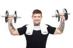 TARGET324_0_ młody bodybuilder, tonujący jego biceps Zdjęcie Royalty Free