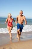 target35_0_ wakacyjnego seniora plażowa para obraz stock