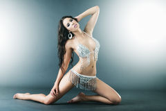 TARGET4_0_ seksownego bikini brunetki młoda piękna kobieta Zdjęcie Royalty Free