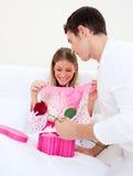 target41_0_ dawać teraźniejszego jego męża żona Zdjęcie Stock