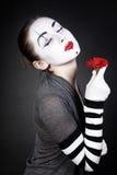 TARGET42_0_ kobiety mima z czerwonym kwiatem zdjęcie stock